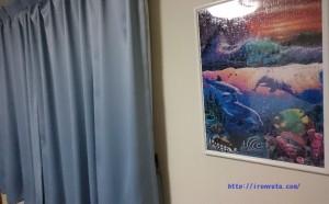 青いカーテンとラッセンのパズル
