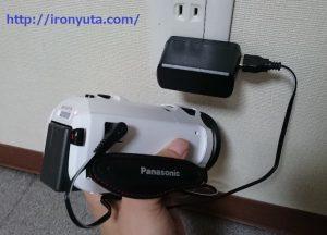 4kのビデオカメラを充電する様子